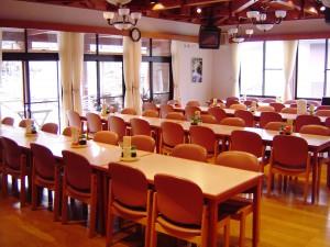 食堂は約100人が収容可能