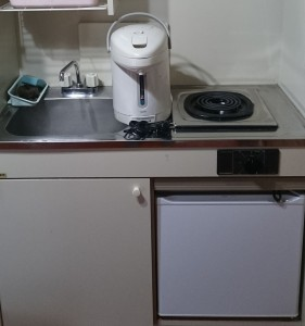 小規模キッチンには、電気コンロ、電気ポット、冷蔵庫を完備