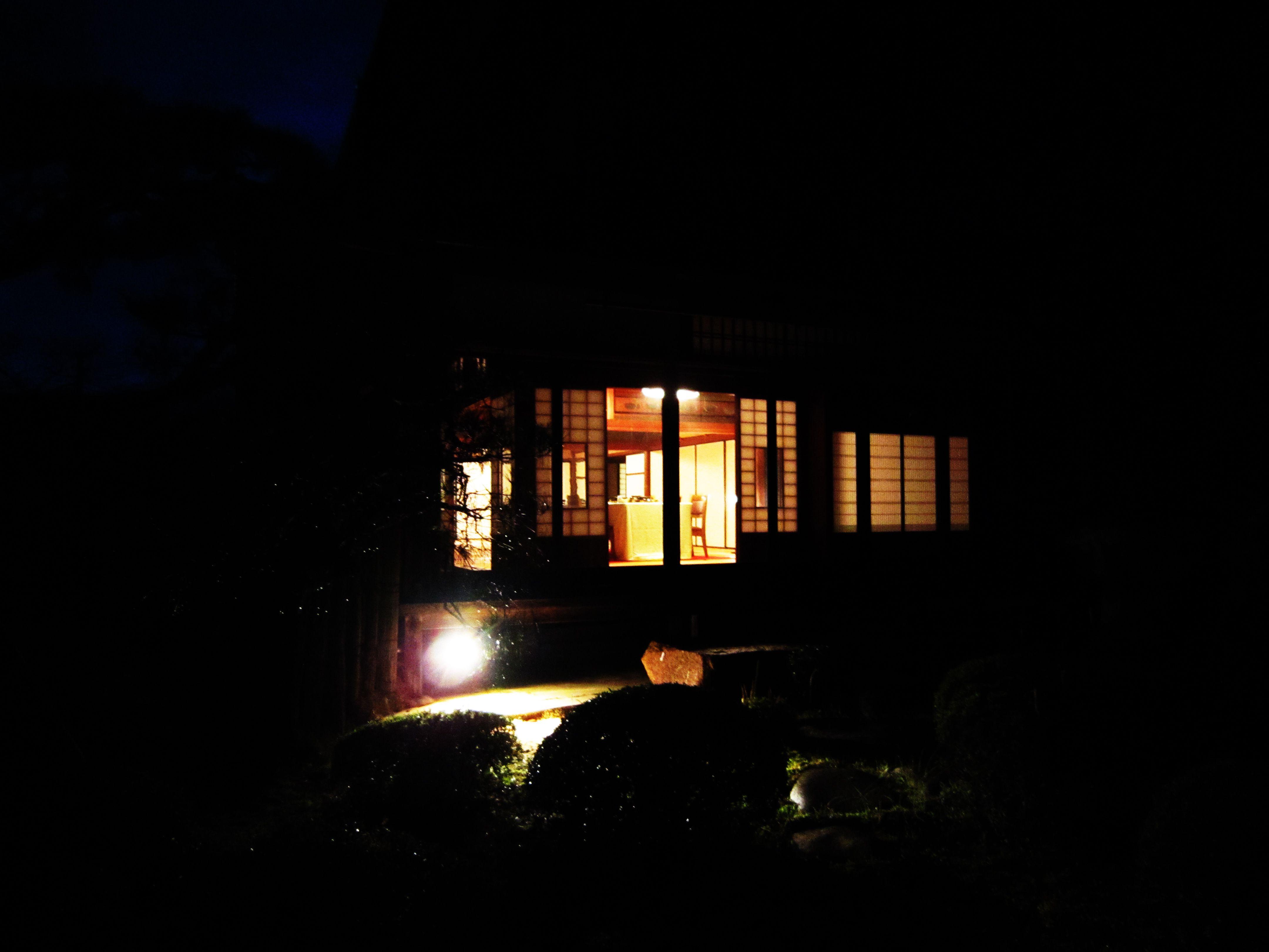 夜には庭園がライトアップされます。