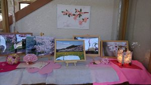 駅の中も桜の写真を飾っています。