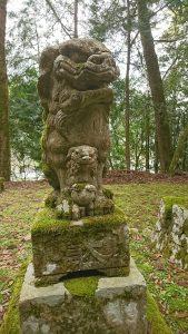 八幡神社にはとても珍しい親子の狛犬